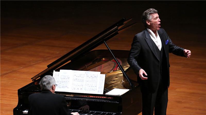(记者 伦兵)托马斯汉普森和乔纳斯考夫曼是两位世界级歌唱家,一位男中音领域获奖众多,一位是近十年在歌剧舞台红透的男高音帅哥。11月14日和15日,两位世界级歌唱家相继在国家大剧院举办独唱音乐会,不约而同选择了艺术歌曲。两场音乐会让歌迷全方位享受不同声部演唱艺术歌曲的不同魅力。 美国男中音汉普森去年曾与中国爱乐乐团演出过马勒的《少年的魔角》。由于国内观众对男中音缺乏了解,对汉普森艺术歌曲专场音乐会关注度不是很高。德国歌唱家考夫曼2006年开始进入音乐观众的视野,不仅演唱普契尼等观众熟悉的作曲家的歌